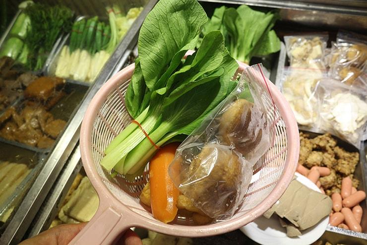台北・永安市場「麻辣桑麻辣燙」滷味(ルーウェイ)の食材選び