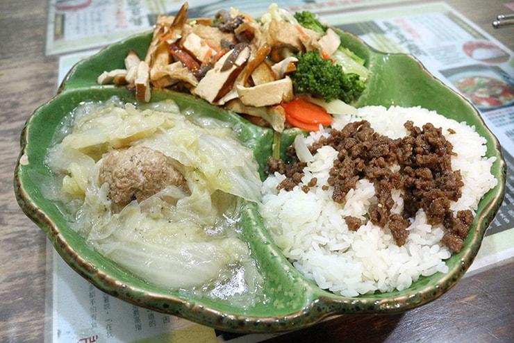 台北・永安市場「豆腐殿臭豆腐」の獅子頭菜飯