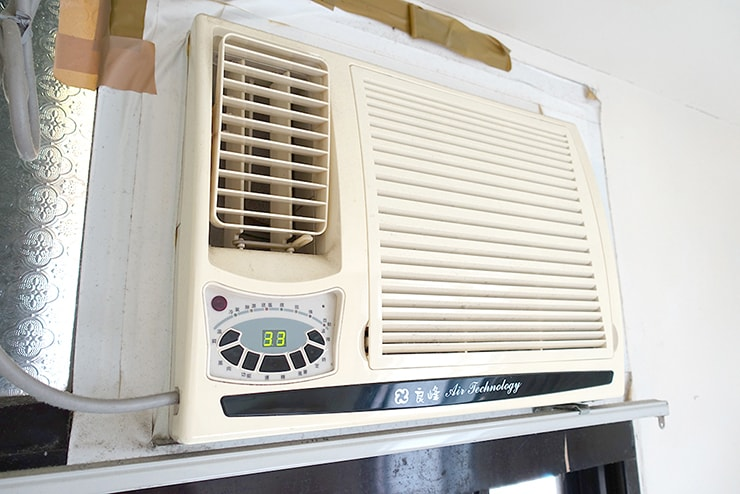 台湾の一人暮らし用賃貸物件に備え付けのエアコン(冷房のみ)