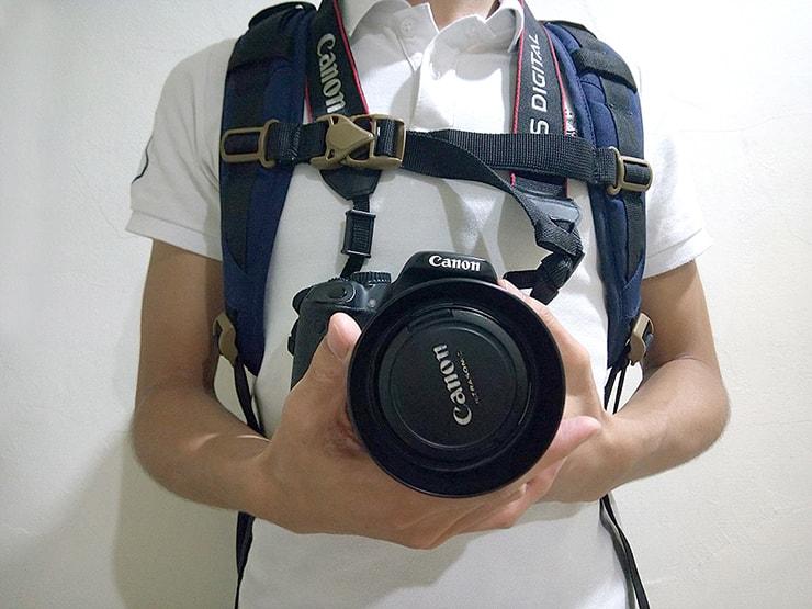 旅先での一眼レフカメラの持ち方
