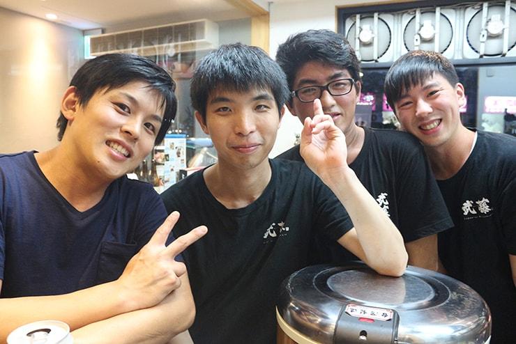 台北・港墘「武藤拉麵」のオーナー・出口さんとスタッフたち
