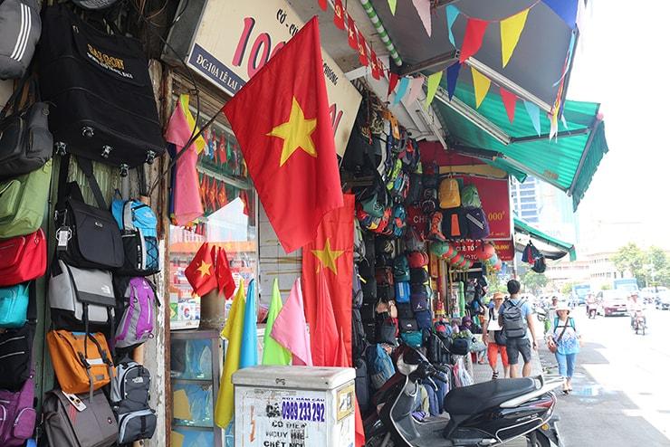 ベトナム・ホーチミンの市場に掲げられた国旗