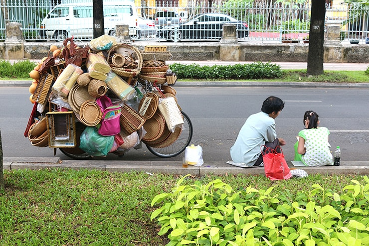 ベトナム・ホーチミンの街角に座る親子
