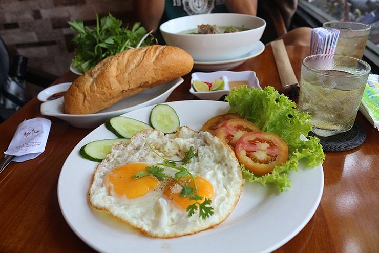 ベトナム・ホーチミンで食べた朝ごはん「バインミーオプラ」