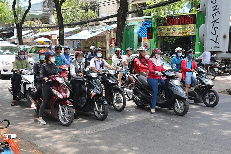 ベトナム・ホーチミンの街を走るスクーター