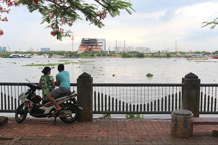 ベトナム・ホーチミン「サイゴン川」のほとりでデート中のカップル