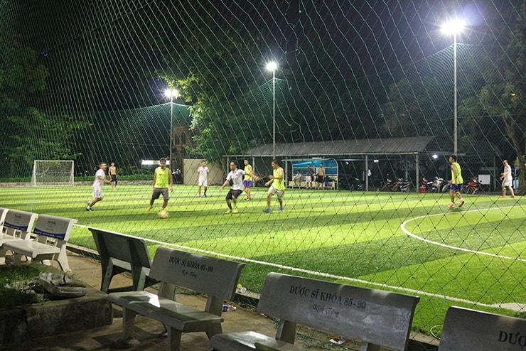 ベトナム・ホーチミンのサッカー場で汗を流す男子たち