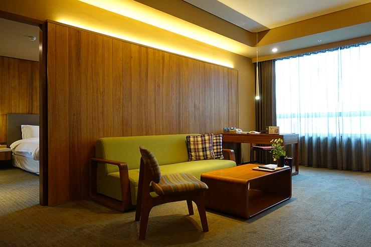 台北・信義區のLGBTフレンドリーホテル「home hotel」逸寬套房のリビングルーム
