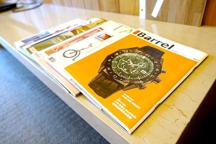 台北・信義區のLGBTフレンドリーホテル「home hotel」逸寬套房に置かれた雑誌