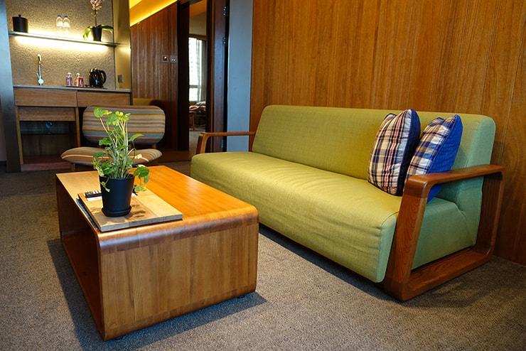 台北・信義區のLGBTフレンドリーホテル「home hotel」逸寬套房のリビングルームに置かれたソファ