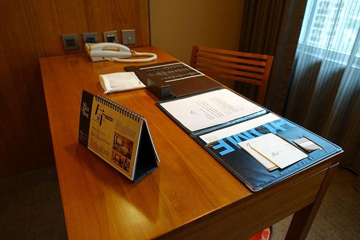 台北・信義區のLGBTフレンドリーホテル「home hotel」逸寬套房リビングルームのテーブル