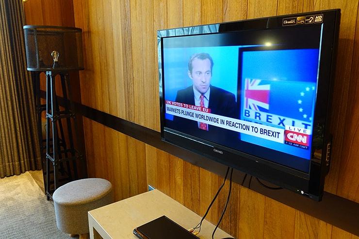 台北・信義區のLGBTフレンドリーホテル「home hotel」逸寬套房リビングルームのテレビ