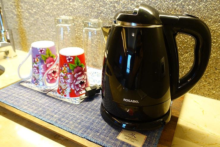 台北・信義區のLGBTフレンドリーホテル「home hotel」逸寬套房リビングルームのポットとカップ