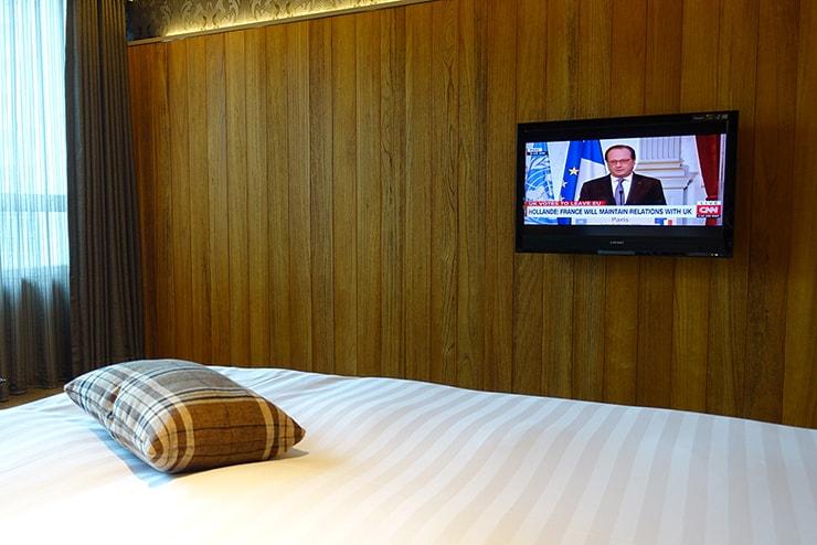台北・信義區のLGBTフレンドリーホテル「home hotel」逸寬套房ベッドルームのテレビ