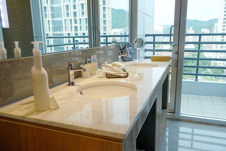 台北・信義區のLGBTフレンドリーホテル「home hotel」逸寬套房バスルームのシンク