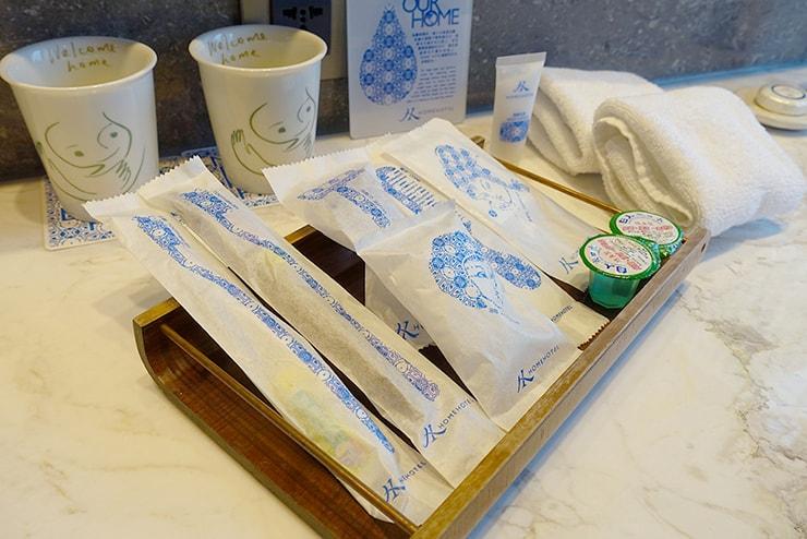 台北・信義區のLGBTフレンドリーホテル「home hotel」逸寬套房バスルームのアメニティ