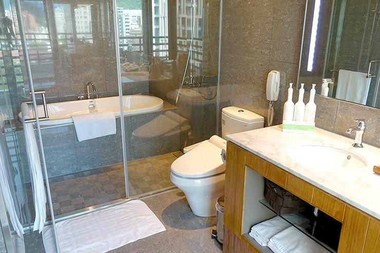 台北・信義區のLGBTフレンドリーホテル「home hotel」逸寬套房バスルームのバスタブ