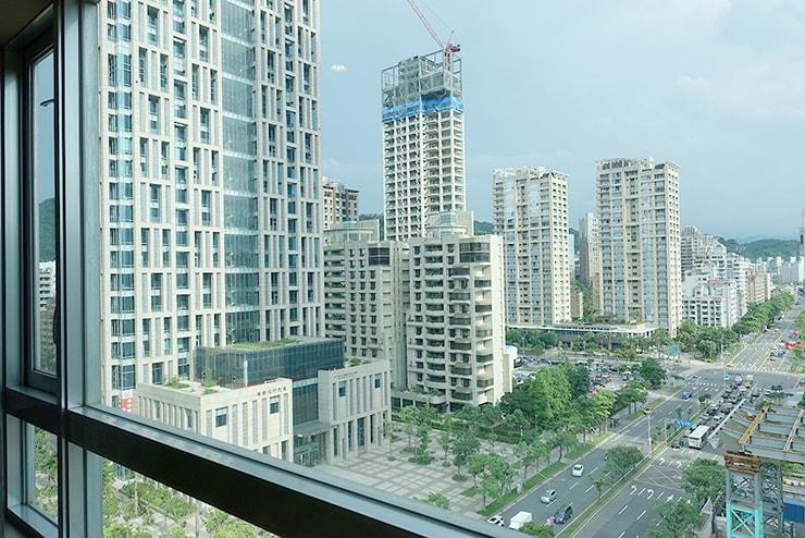 台北・信義區のLGBTフレンドリーホテル「home hotel」逸寬套房のベッドルームから見える景色