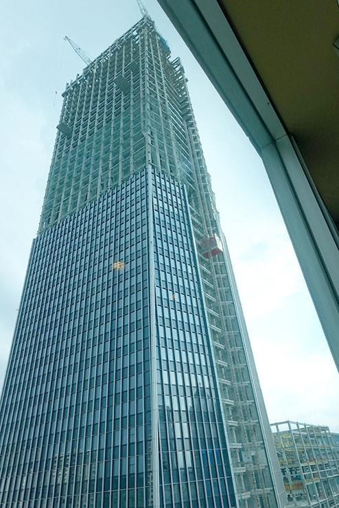 台北・信義區のLGBTフレンドリーホテル「home hotel」前に建設中の高層ビル