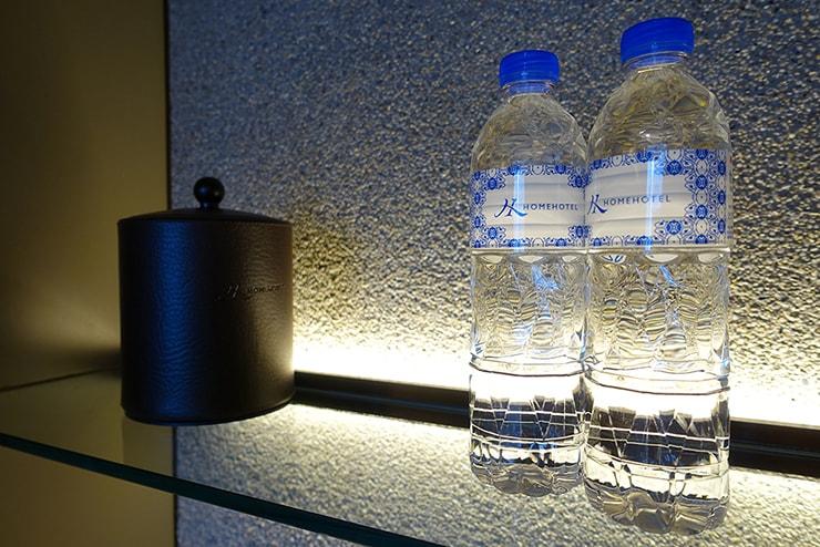 台北・信義區のLGBTフレンドリーホテル「home hotel」逸寬套房のミネラルウォーター