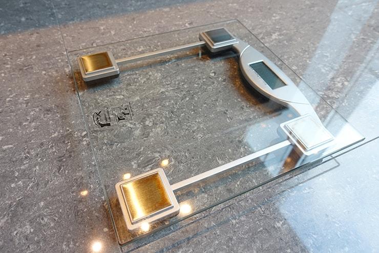 台北・信義區のLGBTフレンドリーホテル「home hotel」逸寬套房バスルームの体重計