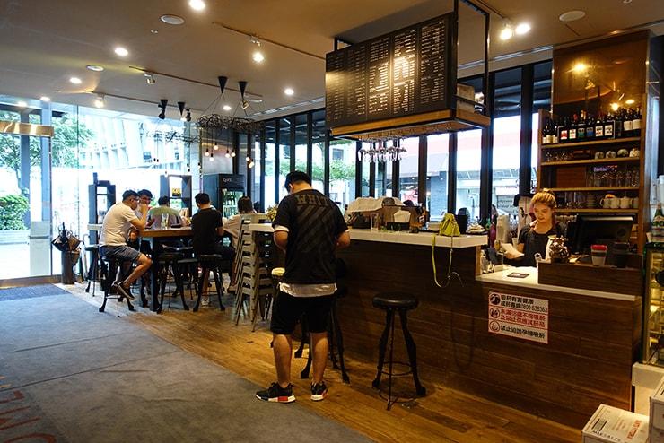 台北・信義區のLGBTフレンドリーホテル「home hotel」のカフェ