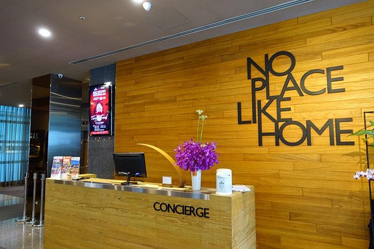台北・信義區のLGBTフレンドリーホテル「home hotel」のコンシェルジュカウンター