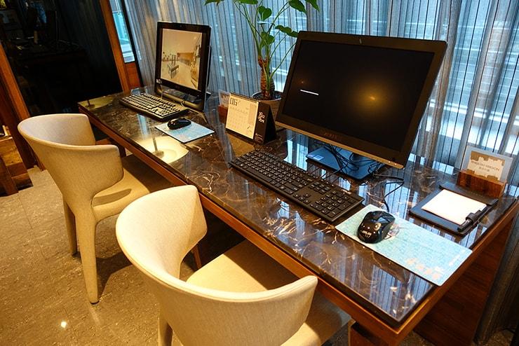 台北・信義區のLGBTフレンドリーホテル「home hotel」のロビーに置かれた共用パソコン