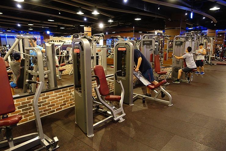 台北・信義區のスポーツジム「健身工廠」のトレーニングマシン類