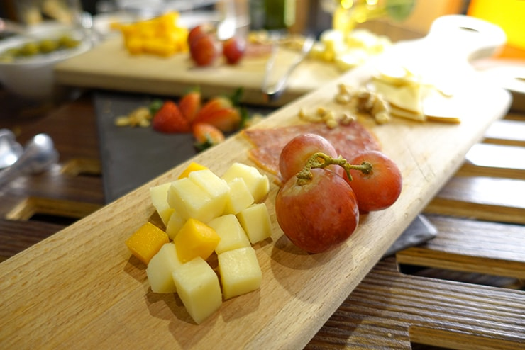 台北・信義區のLGBTフレンドリーホテル「home hotel」朝食バイキングのチーズ