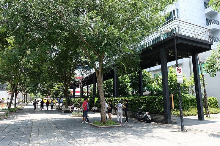 台北・信義區のLGBTフレンドリーホテル「home hotel」前の小道