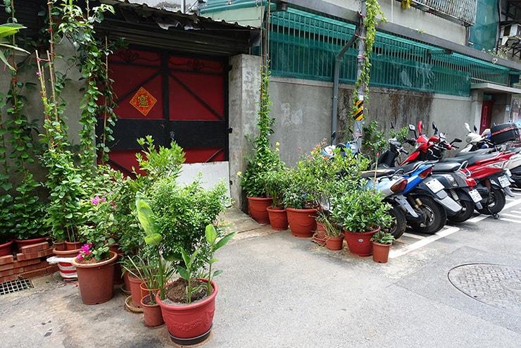 鉢植えが並べられた台湾の民家入り口