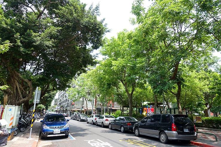 緑いっぱいの台湾の道路