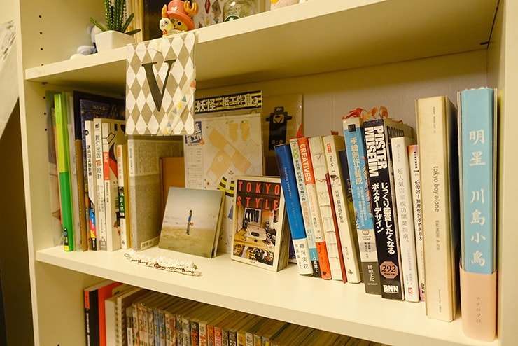 ゲイ向けairbnb「misterbnb」で予約したVhouseの本棚