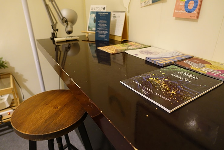 ゲイ向けairbnb「misterbnb」で予約したVhouseダブルルームのテーブル
