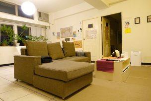 ゲイ向けairbnb「misterbnb」で予約したVhouseのリビングルーム