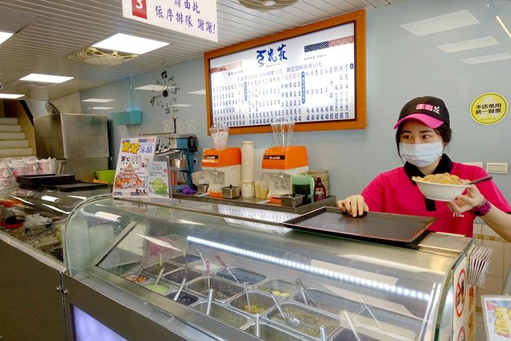台北駅最寄りのグルメタウン・雙連「豆花莊」のカウンター