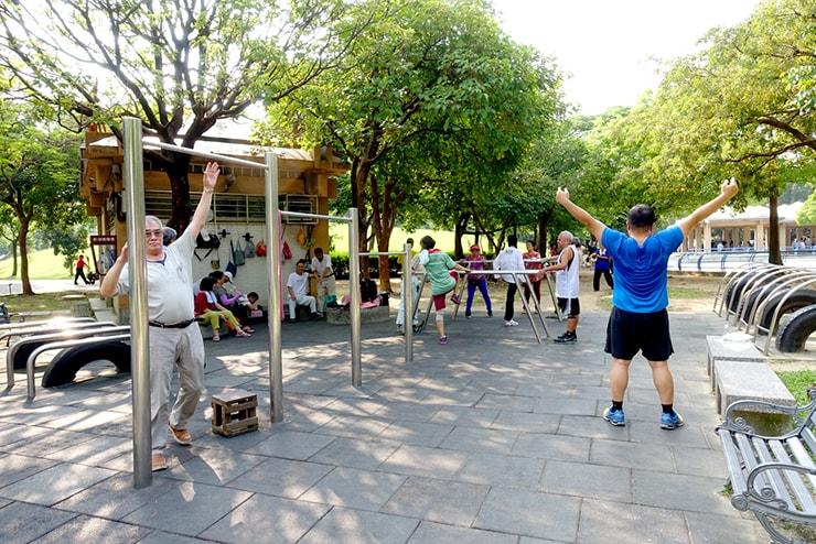台北・永安市場「四號公園」の鉄棒エリアでカラダを動かすおじさんたち