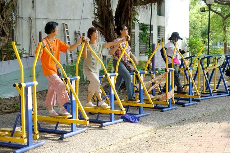 台北・永安市場「四號公園」の健康機材をフル活用するおばさんたち