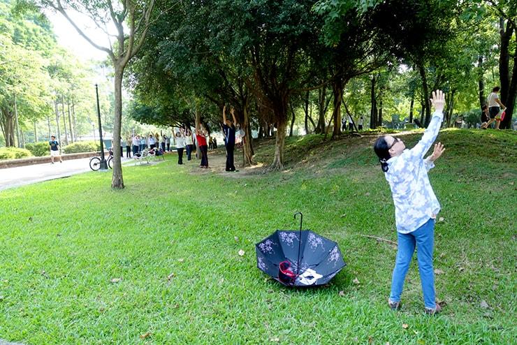 台北・永安市場「四號公園」で密かに体操のレッスンを受ける通りがかりのおばさん
