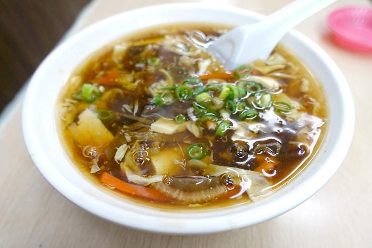 台北駅最寄りのグルメタウン・雙連「雙連高記水餃店 / 三五水餃」の酸辣湯