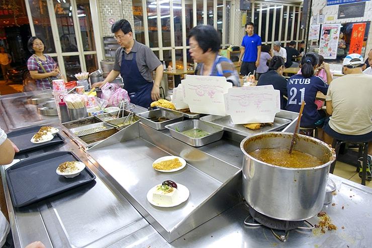 台北駅最寄りのグルメタウン・雙連「滿庭香滷肉飯」のカウンター
