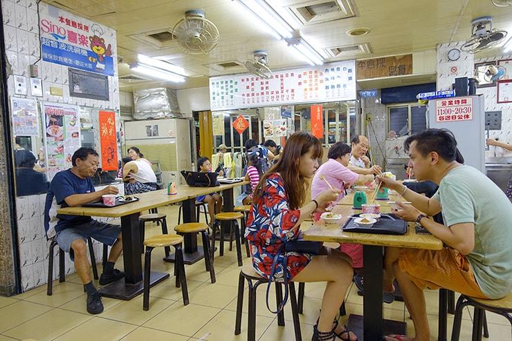台北駅最寄りのグルメタウン・雙連「滿庭香滷肉飯」のテーブル席