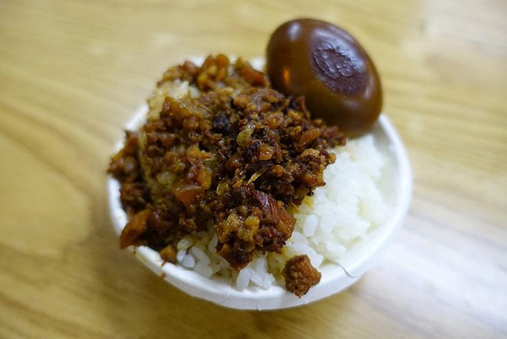 台北駅最寄りのグルメタウン・雙連「滿庭香滷肉飯」の魯肉飯(ルーロウファン)煮卵つき