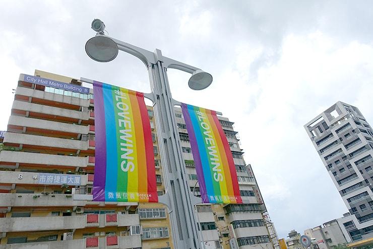 台北・信義區のLGBTフレンドリー百貨店「微風信義」前に掲げられたレインボーフラッグ