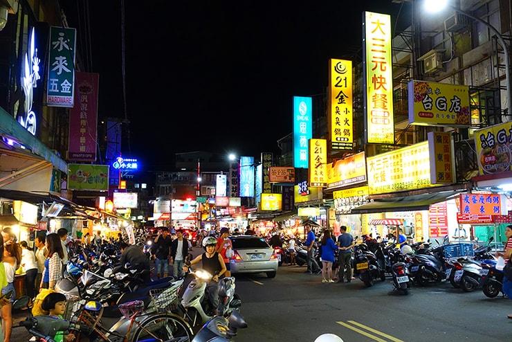 台北・石牌「石牌夜市」のメイン通り