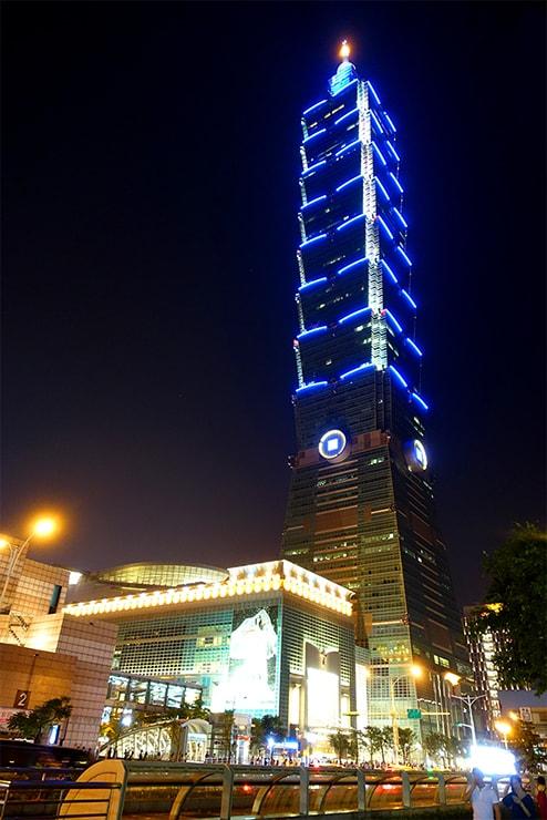 台北MRT(地下鉄)台北101/世貿駅から眺める台北101ビル