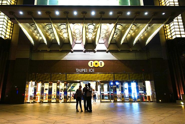 台北・信義區「台北101」ショッピングモールエントランス