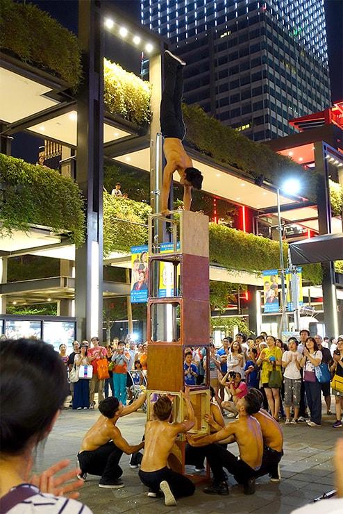 台北・信義區「新光三越」の広場で行われるパフォーマンス