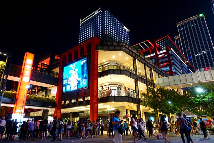 台北・信義區「新光三越」の広場